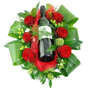 Bloemstuk met fles rode wijn