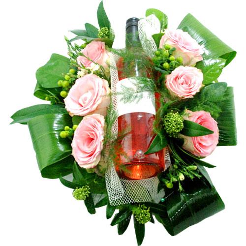Bloemstuk met fles rosé wijn