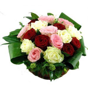 Bloemstuk met drie kleuren rozen