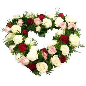 Rouwarrangement open hart vorm met drie kleuren rozen