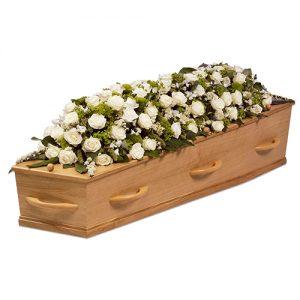 Kistversiering witte rozen