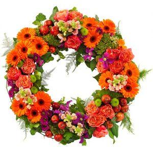 Rouwkrans Ajour oranje bloemen en tintje fuchsia