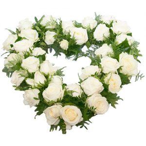 Rouwarrangement open hart vorm witte rozen