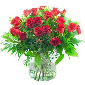 Boeket rode rozen met bladmateriaal