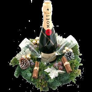 Fles champagne Moët met gedecoreerde kerstkrans en champagne glazen